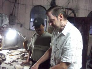 Escultor Byron Ramírez y el compañero Marinus Boer del Grupo Promotor